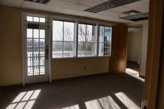 Pusta powierzchnia biurowa z pogodnym balkonem obraz royalty free