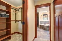 Pusta przebieralnia z dywanową podłoga i widokiem mistrzowska łazienka zdjęcie stock