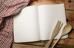 Pusta przepis książka na drewnianym stole obraz royalty free