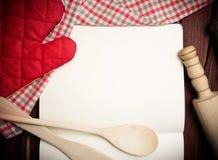 Pusta przepis strona z pieluchy i kuchni narzędziami obrazy stock
