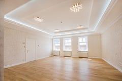 Pusta przestrzeń wnętrze biuro lub mieszkanie z trzy okno, jesteśmy z trudem drewnianym podłoga wnętrze jesteśmy w świetle Zdjęcie Royalty Free