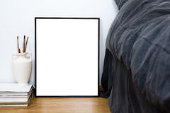 Pusta pusta klasyczna czerni rama na podłogowej, minimalnej domowej sypialni, Zdjęcia Stock