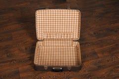 Pusta retro walizka na podłoga Fotografia Stock