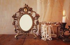 Pusta rocznik rama, perły i płonąca świeczka, zdjęcie stock
