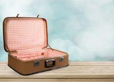 Pusta rocznik walizka na drewnianym tle Zdjęcie Royalty Free