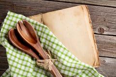 Pusta rocznika kucharstwa książka i naczynia Zdjęcia Royalty Free