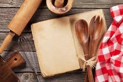 Pusta rocznika przepisu kucharstwa książka i naczynia Fotografia Stock