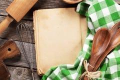 Pusta rocznika przepisu kucharstwa książka i naczynia Obrazy Stock