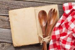 Pusta rocznika przepisu kucharstwa książka i naczynia Zdjęcie Stock