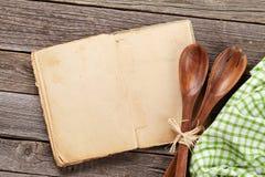 Pusta rocznika przepisu kucharstwa książka i naczynia Obraz Royalty Free