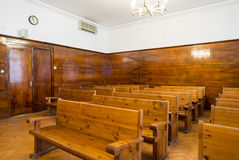 Pusta sala sądowa z drewnianymi ławkami Obrazy Royalty Free