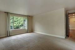 Pusta sypialnia z dywanową podłoga zdjęcie stock
