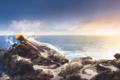 Pusta szklana butelka przy morzem Zdjęcie Royalty Free