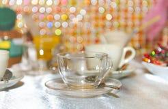 Pusta szklana filiżanka na tle stół. Zdjęcia Stock