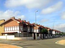 Pusta ulica w europejskim miasteczku z ten sam cegła domami z kominem jak pejzaż miejskiego Fotografia Royalty Free