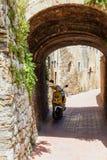Pusta ulica w małym włoskim starym miasteczku z osamotnioną hulajnoga zdjęcie royalty free