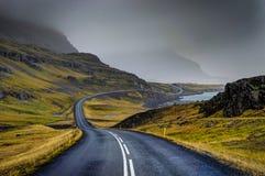 Pusta ulica z Islandzkim krajobrazem z podczas mglistej góry obraz royalty free