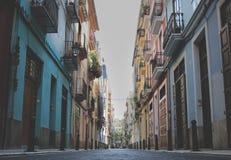 Pusta ulica z kolorowymi domami w Walencja, Hiszpania zdjęcia stock