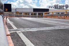 Pusta uliczna droga w mieście z niebem Zdjęcia Royalty Free