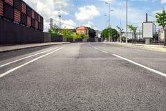 Pusta uliczna droga w mieście z niebem Obrazy Royalty Free