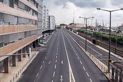Pusta uliczna droga w mieście z niebem Zdjęcie Royalty Free