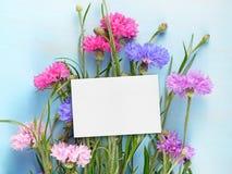 Pusta urodzinowa karta i cornflowers na błękitnym drewnie Obraz Royalty Free