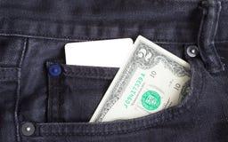 Pusta wizytówka i dwa dolara w kieszeni gry będący ubranym out cajgi Obrazy Stock