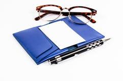 Pusta wizytówka na błękitnej skóry kieszeni z piórem i szkłami fotografia stock
