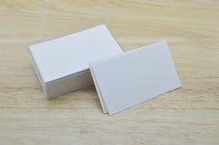 Pusta wizytówka z pudełkiem na drewnianym stole Obrazy Stock