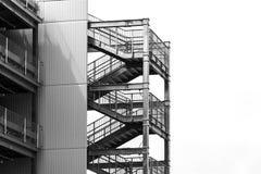 Pusta zewnętrznie metal pożarniczej ucieczki schodków budowa za stronie nowożytny budynek z kopii przestrzenią obraz stock