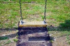 Puste łańcuch huśtawki w dziecka boisku Fotografia Royalty Free