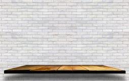 puste drewniane półki na ceglanej betonowej ścianie, tło dla dźgnięcia Fotografia Stock