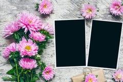 Puste fotografii ramy z pięknym bukietem różowi asterów kwiaty i prezenta pudełko stawiać twój obrazki Egzamin próbny Up układ obrazy royalty free