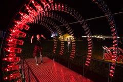 Puste koka-kola butelki układają i iluminują z czerwonym li Obraz Stock