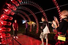 Puste koka-kola butelki układają i iluminują z czerwonym li Fotografia Royalty Free