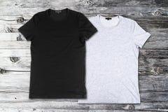 Puste koszulki na drewnianym tle zdjęcie stock