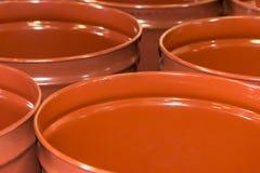 Puste metal baryłki dla magazynu i transportu sok pomarańczowy w magazynie konserwować pomarańczową fabrykę lub rośliny zdjęcie stock