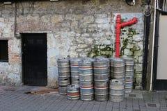 Puste metal baryłki na zewnątrz baru w Irlandia Irlandia zna dla ich pije kultury i turyści gromadzą się kraj experi obraz stock