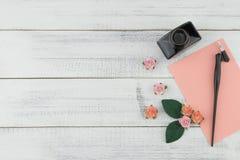 Puste miejsce menchii karta, pochylony pióro i butelka atrament, dekorujemy z menchii róży papierowymi kwiatami Obraz Stock