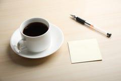 Puste miejsce notatka z balowym piórem i kawą zdjęcia stock
