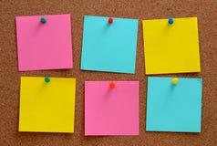 Puste miejsce notatki przyczepiać w brown corkboard Zdjęcia Stock