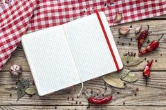 Puste miejsce otwarta książka kucharska z condiments i w kratkę pielucha na Obraz Royalty Free