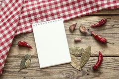 Puste miejsce otwarty notatnik z condiments i w kratkę pielucha na Obraz Royalty Free