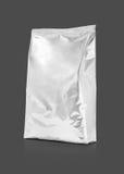 Puste miejsce pakuje aluminiowej folii kieszonkę odizolowywającą na szarym tle Obrazy Royalty Free