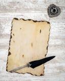 Puste miejsce palił rocznik kartę z atramentem i dutka na bielu malował dębu - odgórny widok royalty ilustracja