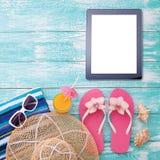 Puste miejsce pastylki pusty komputer na plaży Modni lat akcesoria na drewnianym tło basenie Okulary przeciwsłoneczni, sok pomara Zdjęcia Royalty Free