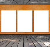 Puste miejsce rama na ściana z cegieł i drewna podłoga Obrazy Stock