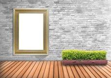 Puste miejsce ramowy rocznik na betonowej ścianie z drzewnym garnkiem na drewnianym flo Zdjęcie Royalty Free