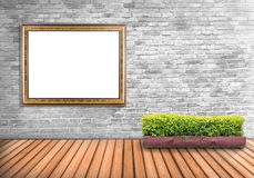 Puste miejsce ramowy rocznik na betonowej ścianie z drzewnym garnkiem na drewnianym flo Zdjęcia Stock