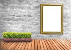 Puste miejsce ramowy rocznik na betonowej ścianie z drzewnym garnkiem na drewnianym flo Fotografia Royalty Free